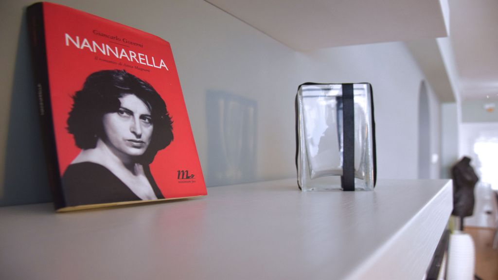 myapartsuite-rome-trastevere-black-white2-apartment-living-room-6