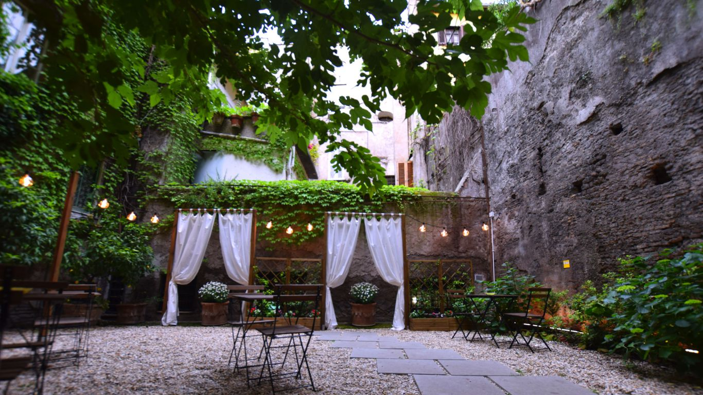 myapartsuite-rome-coronari-guesthouse-courtyard-2