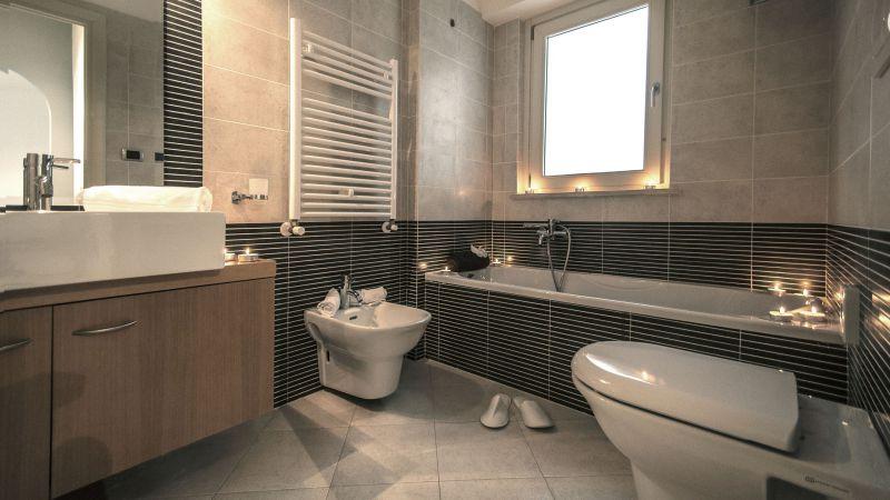 myapartsuite-rome-trastevere-black-white2-apartment-bathroom