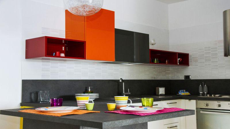 myapartsuite-rome-trastevere-pop-colors-apartment-kitchen
